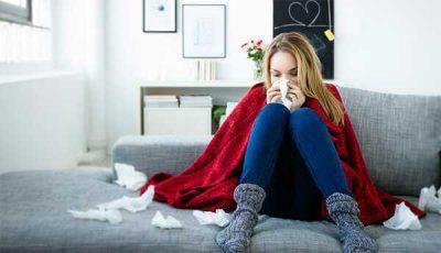 Девушка с платком на диване