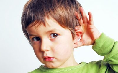 Мальчик плохо слышит