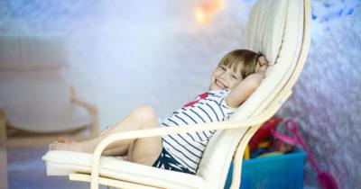 Ребенок на стуле