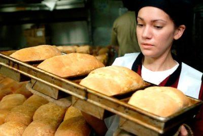 Женщина с хлебом